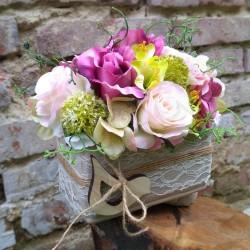 dekorace v romantickém tónu, látkové květy růží a hortenzie doplněny umělou zelení, bohatě aranžováno v keramické nádobě
