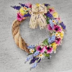 pestrý letní věnec k zavěšení, zdobený látkovými květy levandule, kopretin a růžových sasanek, doplněno květy hortenzie