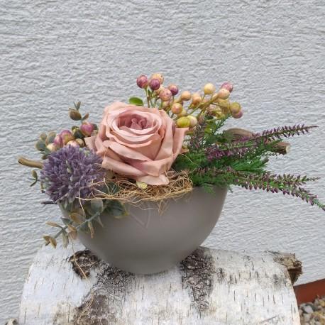 podzimní aranžmá s nádechem nostalgie, dekorace laděná v jemných barevných tónech, látkové květy, doplněno bobulkami a sušinou,