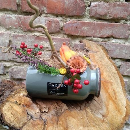 podzimní aranžmá v keramické nádobě s červenými bobulkami, keramickou dýni, umělou zelení a sušinou
